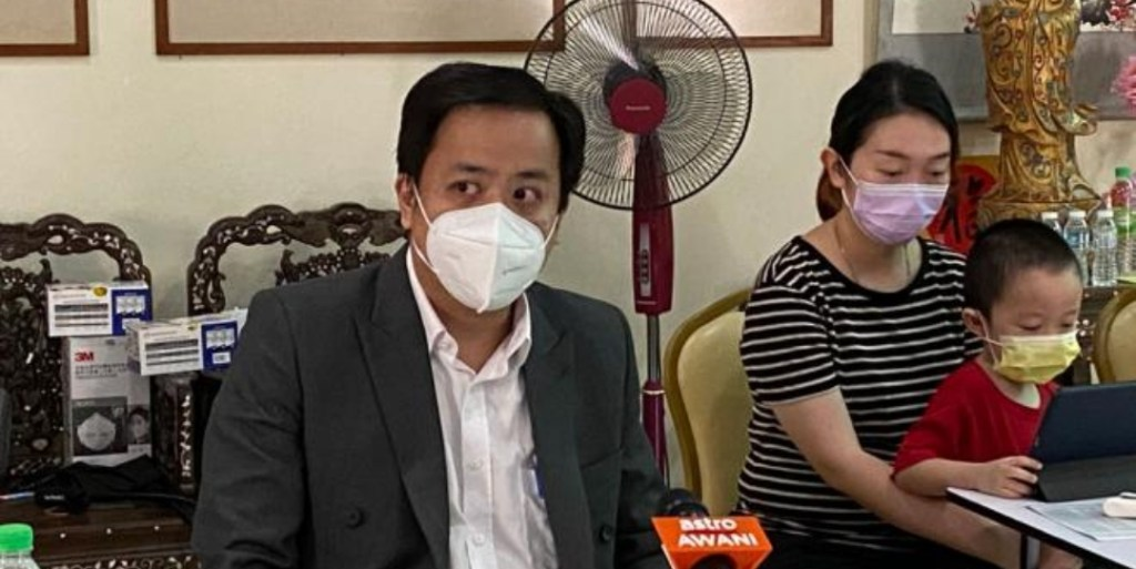 The non-uniformed policemen who did not identify themselves fired gunshots at the Family in Car when fleeing away. Driver is the son of Owner of the Hee Lai Ton Chain of Restaurants